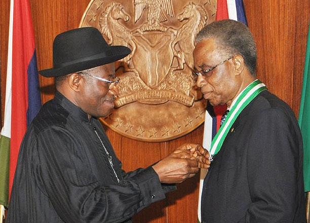 Jonathan presents merit award to UNN professor